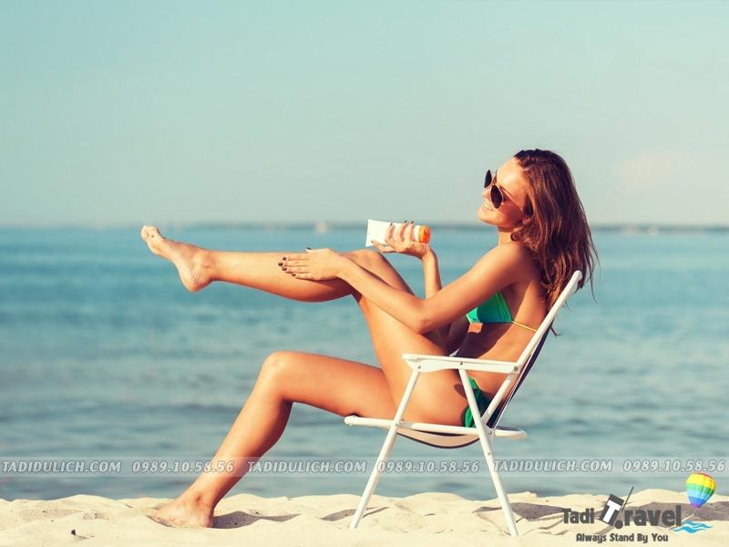 Mang kem chống nắng khi đi du lịch Sầm Sơn